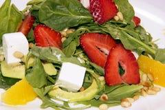 与芝麻菜、草莓和乳酪的沙拉 背景沙拉纹理 免版税库存图片