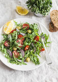 与芝麻菜、西红柿和橄榄的简单的沙拉 健康快餐 免版税库存图片