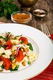 与芝麻菜、鸡、豌豆、葱和蕃茄的意大利面制色拉 免版税库存照片
