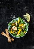 与芝麻菜、黄色胡椒和夏南瓜的新鲜的绿色春天沙拉 库存照片
