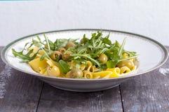 与芝麻菜和橄榄的面团 免版税图库摄影