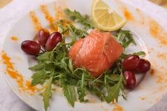 与芝麻菜和葡萄的三文鱼 图库摄影