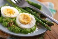 与芦笋奶油的煮沸的鸡蛋  免版税图库摄影