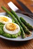 与芦笋奶油的煮沸的鸡蛋  免版税库存图片