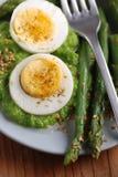 与芦笋奶油的煮沸的鸡蛋  库存照片