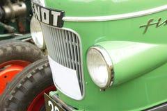 与芬特绿色拖拉机车灯的前面部分  库存照片