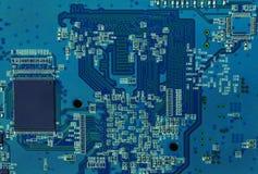与芯片和其他元素的电子线路板 库存照片