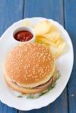 与芯片和西红柿酱的汉堡包 免版税库存图片
