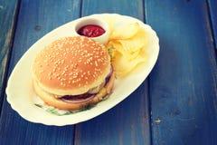 与芯片和调味汁的汉堡包 免版税库存图片