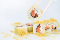 与芯片的寿司在棍子 免版税库存图片
