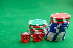 与芯片的赌博娱乐场选材台和切成小方块 免版税库存图片