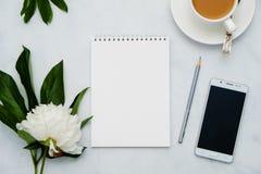 与花、咖啡、智能手机和笔记本的构成在白色背景 嘲笑为您的设计 平的位置 免版税库存照片