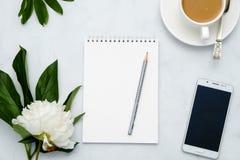 与花、咖啡、智能手机和笔记本的构成在白色背景 嘲笑为您的设计 平的位置 库存图片