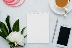 与花、咖啡、智能手机和笔记本的构成在白色背景 嘲笑为您的设计 平的位置 免版税图库摄影