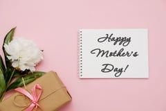与花、礼物和笔记本的构成在桃红色背景 贺卡愉快的母亲节 平的位置 图库摄影