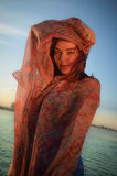 与丝绸围巾的年轻模型 免版税图库摄影