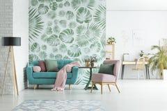 与花卉墙纸的公寓 库存照片