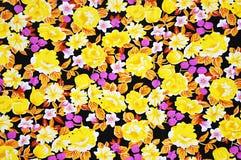 与花卉样式的五颜六色的蜡染布织品纹理 库存图片