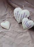 与花卉样式的心脏在织地不很细纸背景  免版税库存图片