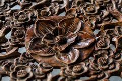 与花卉样式的木桌面 库存照片
