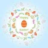 与花卉框架和鸡蛋的浅兰的背景 免版税库存图片