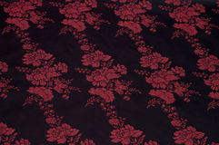 与花卉模式的黑色丝绸 库存图片
