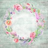 与花卉花圈的破旧的别致的背景 免版税库存图片