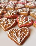 与花卉装饰的姜饼心脏 免版税库存照片