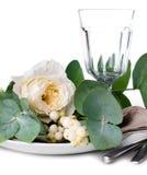 与花卉装饰的欢乐桌设置 免版税图库摄影