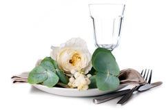 与花卉装饰的欢乐桌设置 免版税库存图片