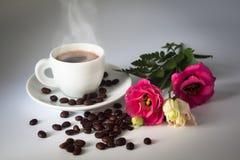 与花卉装饰的芳香咖啡 免版税库存图片