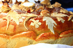与花卉patern的圆的大面包 库存图片