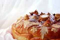 与花卉patern的圆的大面包 图库摄影