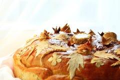 与花卉patern的圆的大面包 免版税库存图片
