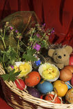 与花和一只猬的复活节彩蛋在篮子 库存图片