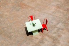 与花和两把红色椅子的表 库存图片