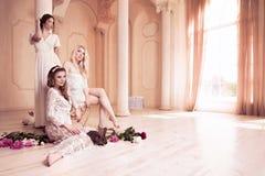 与花和兔子和白色礼服的美丽的女性画象 库存照片