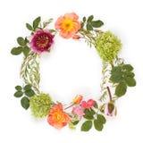 与花和叶子的花卉圆的冠花圈 平的位置, t 库存照片