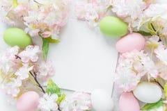 与花和复活节彩蛋的复活节框架 免版税库存图片