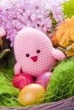 与花和复活节彩蛋的小鸡 免版税库存照片