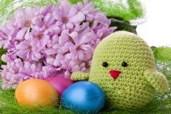 与花和复活节彩蛋的绿色小鸡 库存图片