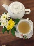 与花和好朋友的下午茶 免版税库存照片