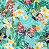 与花和异乎寻常的蝴蝶的热带无缝的样式 棕榈叶花卉背景 时尚织品设计 向量例证