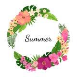 与花和棕榈叶的夏天花圈 库存图片