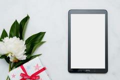 与花和片剂个人计算机的构成在白色背景 嘲笑为您的设计 平的位置 免版税库存图片