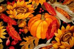 与花和玉米的五颜六色的南瓜感恩背景 免版税库存图片