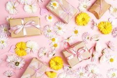 与花和礼物盒的欢乐桃红色背景 免版税图库摄影