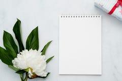 与花和笔记本的构成在白色背景 嘲笑为您的设计 平的位置 库存图片