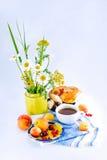 与花和红浆果小圆面包的静物画 免版税库存图片