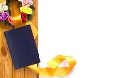 与花和缎丝带的传统花圈 免版税库存照片